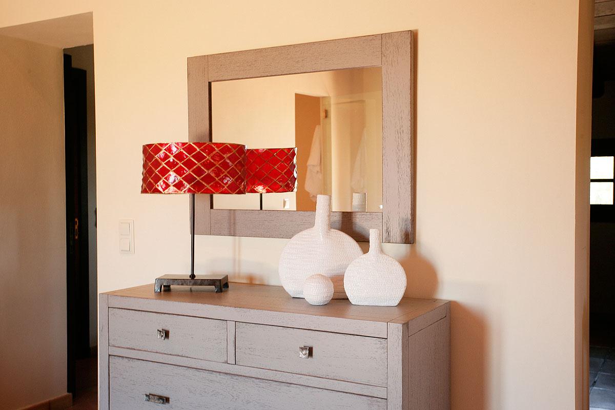 Kommode Mit Dekoration In Der Master Suite; Zugang Zur Ankleide Und  Badezimmer En Suite